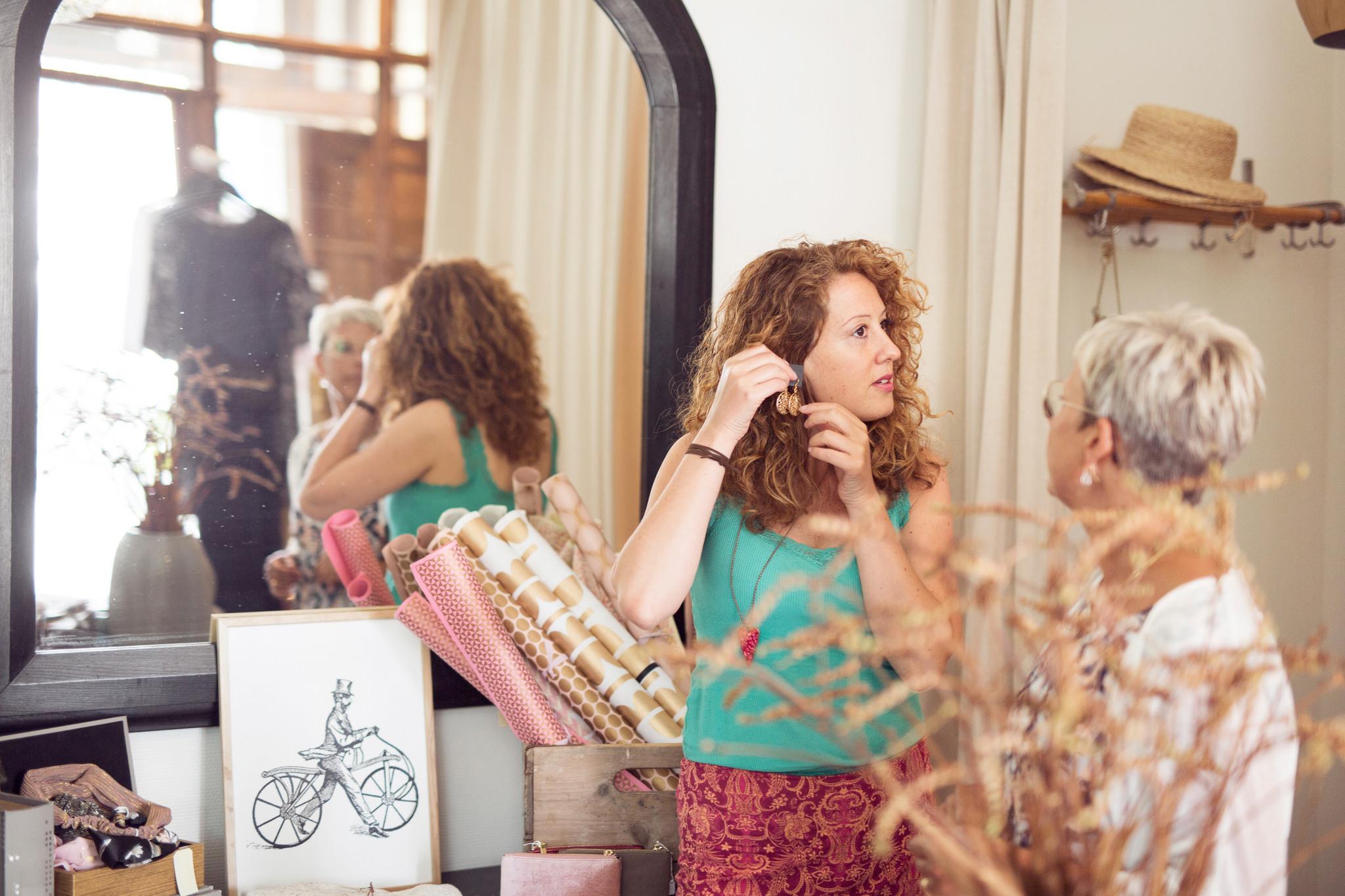 Två kvinnor som shoppar