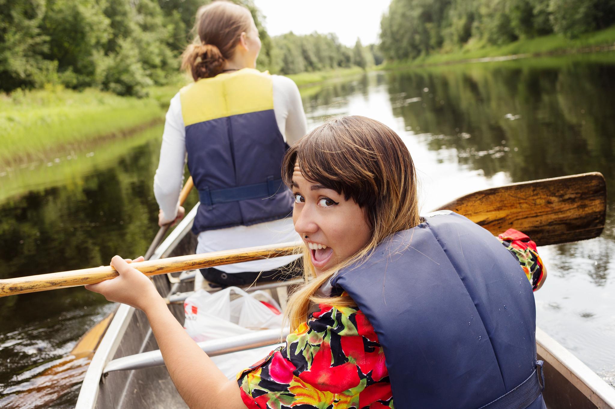 Två tjejer som paddlar kanot.