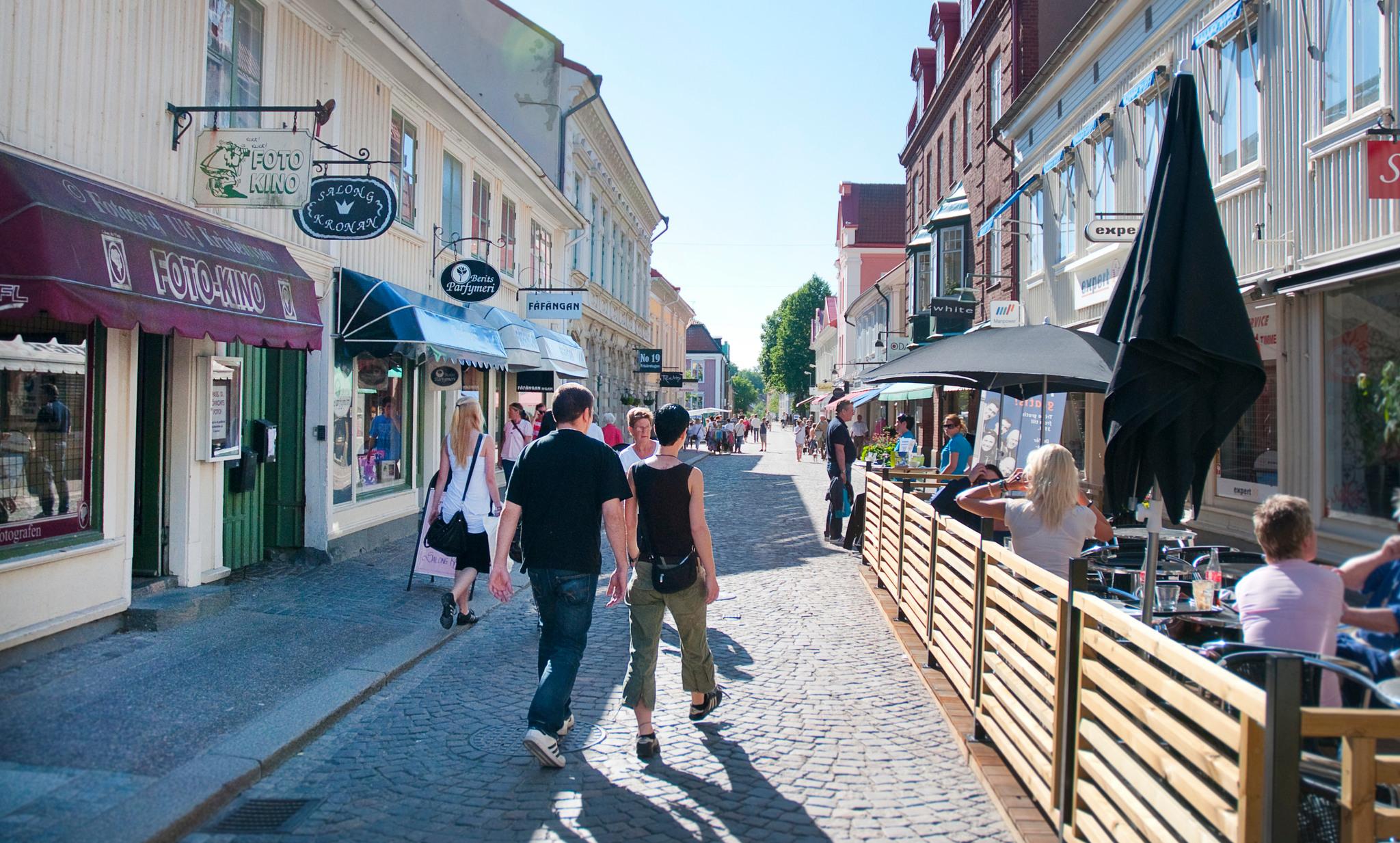 En gågata i Alingsås med många människor som strosar