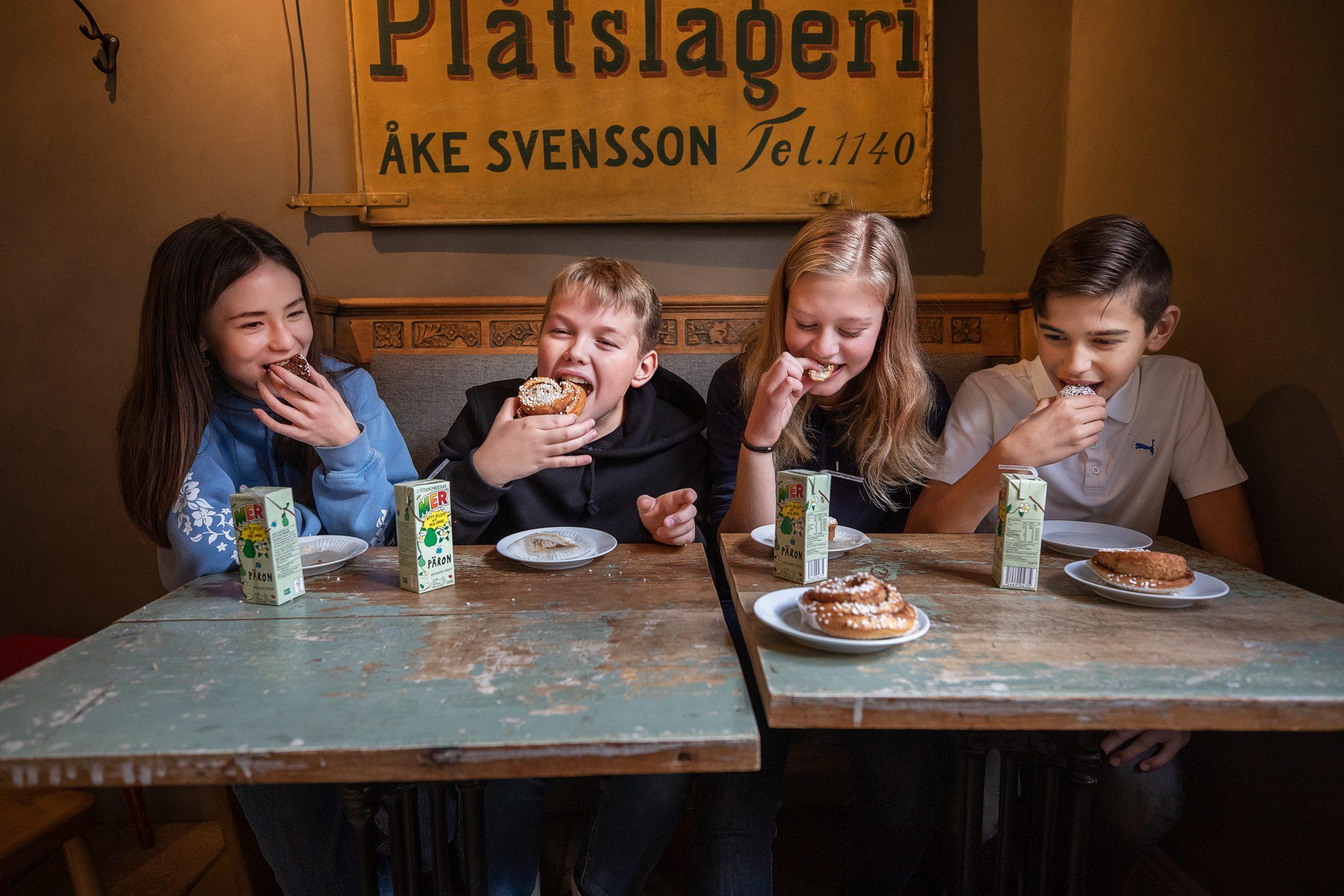 Fyra ungdomar fika på ett kafé.