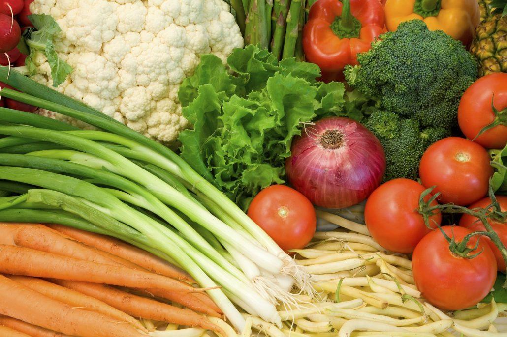 Närbild på fräscha grönsaker.