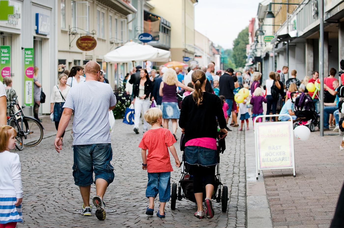 Gågata i Alingsås med människor som stosar.