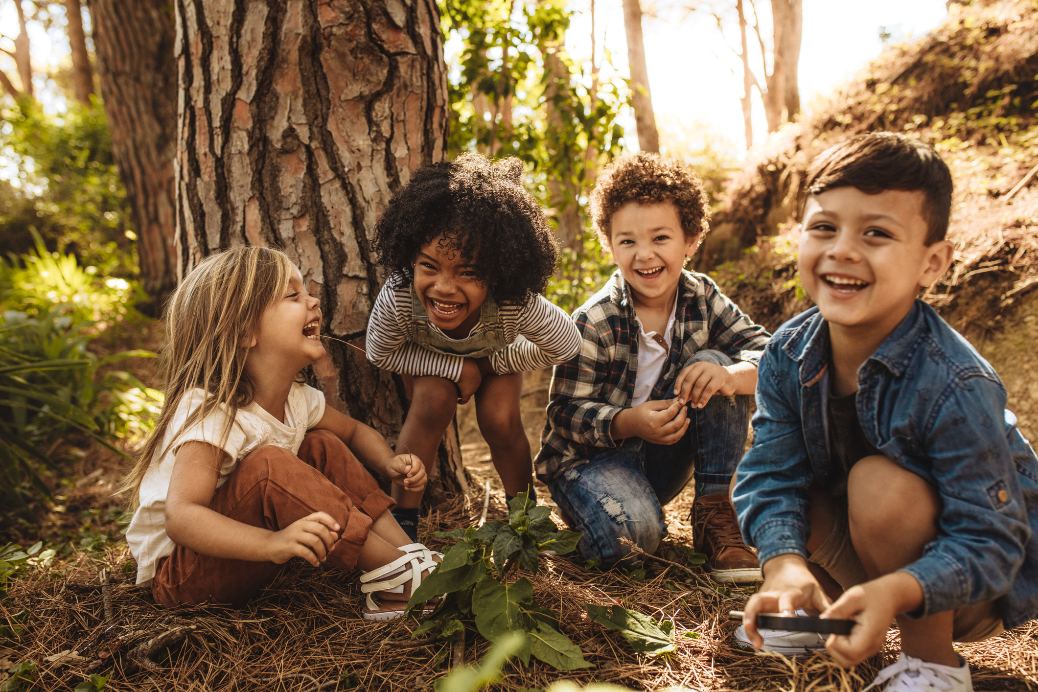 Barn som sitter i skogen.