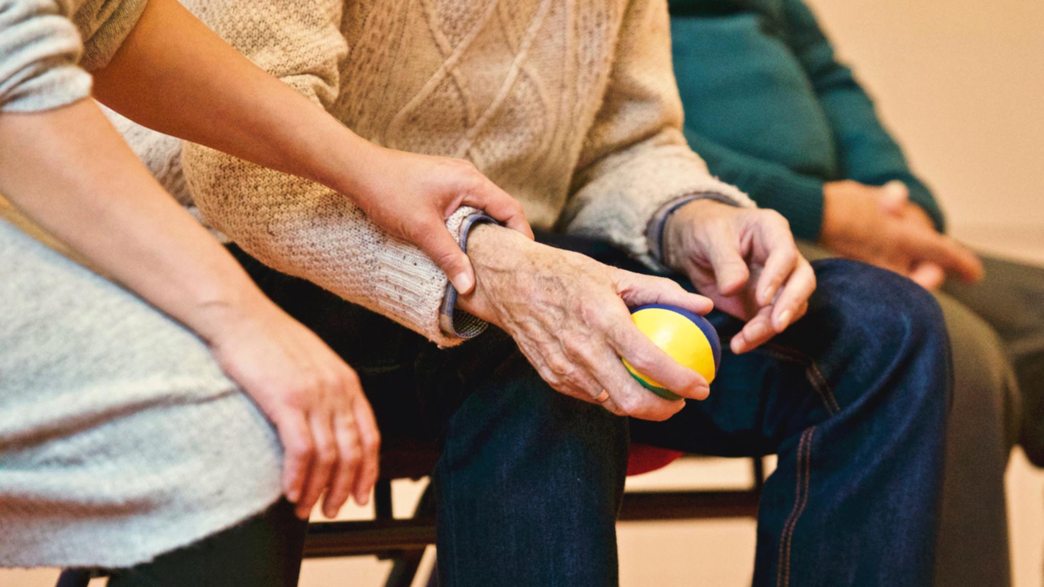 Äldre människor sitter på en bänk.