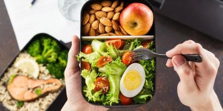 Take-away låda med mat i.