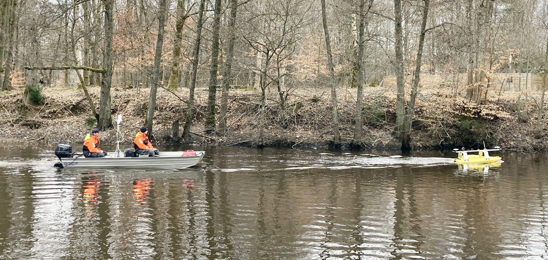 Båten och roboten i Säveån.