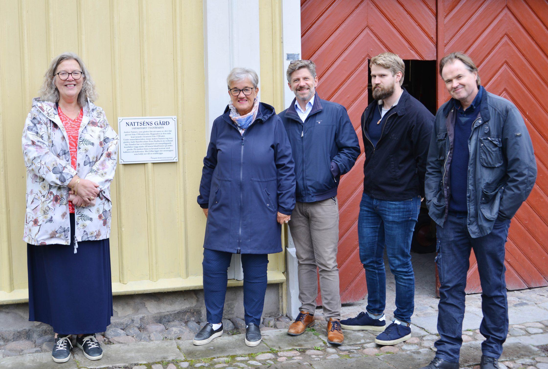Carina Håkansson, Kristina Grapenholm, Daniel Filipsson, Simon Waern och Staffan Nattsén framför den gula fasen där den nya skylten sitter.
